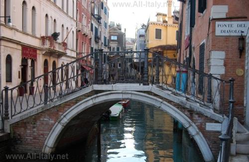 Один из многочисленный каналов и мостов Венеции